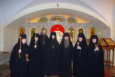 Новопостриженные монахини с архим.Алексием и духовником